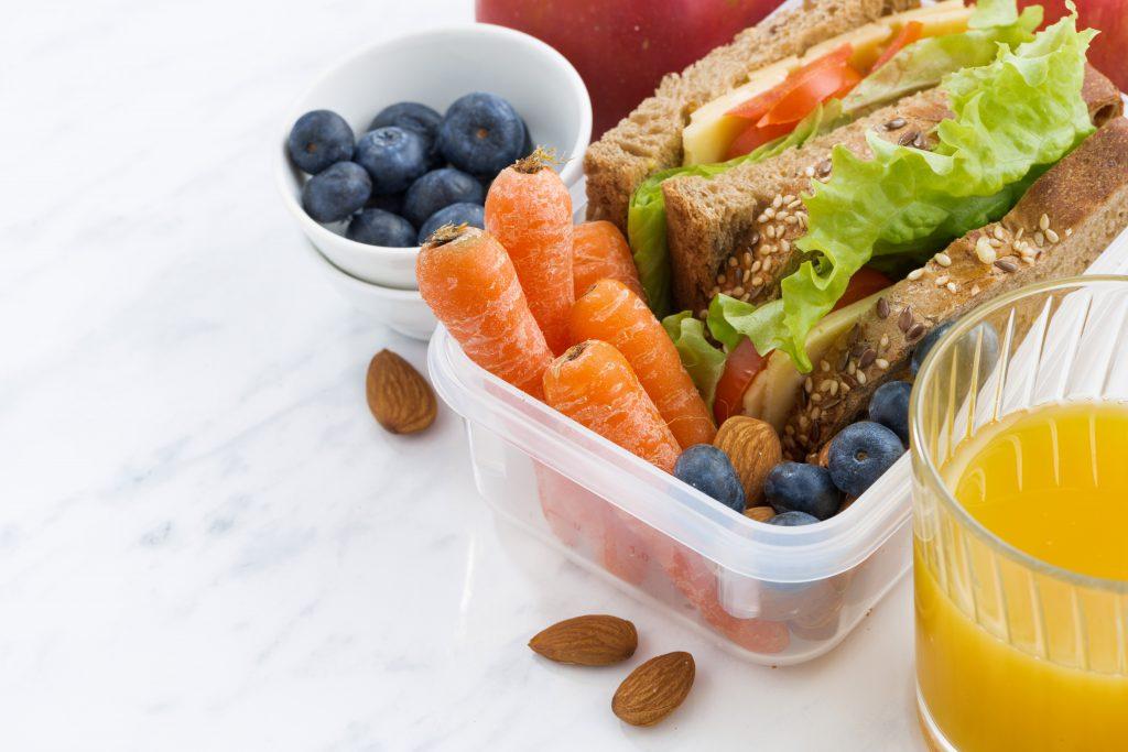 Um chronische Verstopfungen in den Griff zu bekommen, ist eine ballaststoffreiche Ernährung besonders wichtig. (Bild: cook_inspire/fotolia.com)