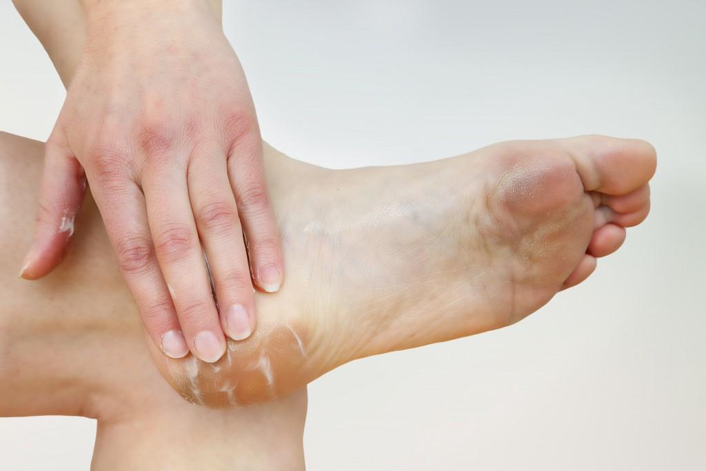 Schmerzen an den Fußsohlen können u.a. auch mit speziellen Cremes behandelt werden.