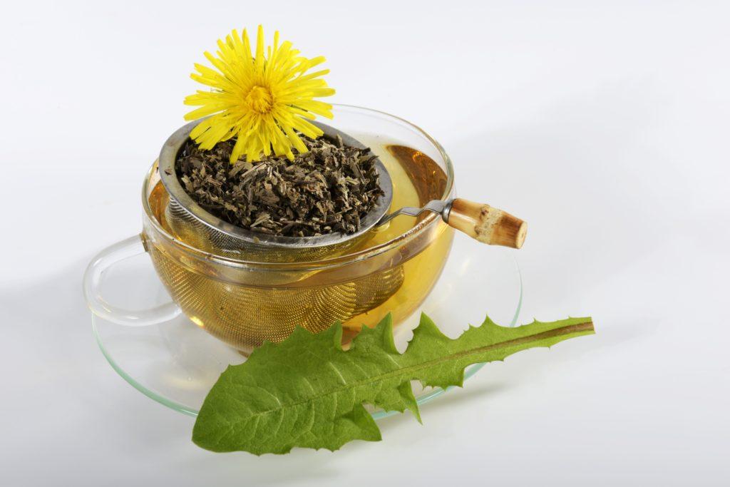 Löwenzahn-Tee ist ein bewährtes Hausmittel, um den Körper bei Durchfall mit Eisen zu versorgen. (Bild: superfood/fotolia.com)