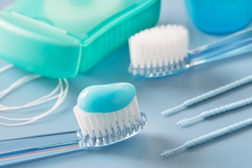 Die richtige Zahnreinigung ist bei Mundgeruch besonders wichtig. Neben regelmäßigem Zähneputzen gehört hier auch die Verwendung von Zahnseide oder Interdentalbürsten dazu. (Bild: PhotoSG/fotolia.com)