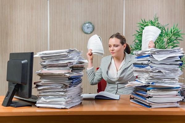 Viele Menschen leiden aufgrund von stundenlangem Sitzen, Bewegungsmangel, Stress und ungünstiger Bewegung unter Verdauungsproblemen. (Bild: Elnur/fotolia.com)