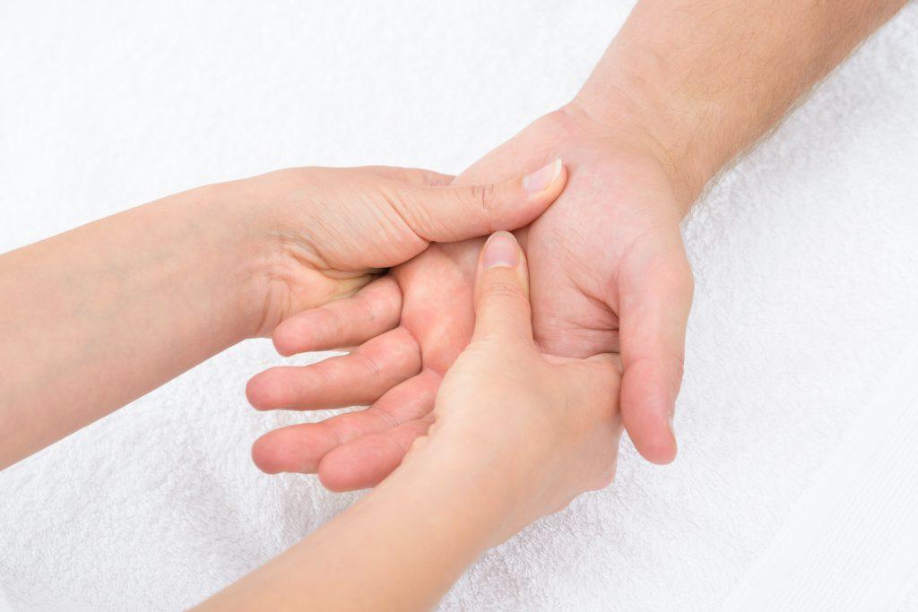 Manuelle Therapien können den weiteren Knorpelabbau bei einer Rhizarthrose  verlangsamen, die Schmerzen lindern und die Bewegungsfähigkeit verbessern. (Bild:  Andrey Popov/fotolia.com)