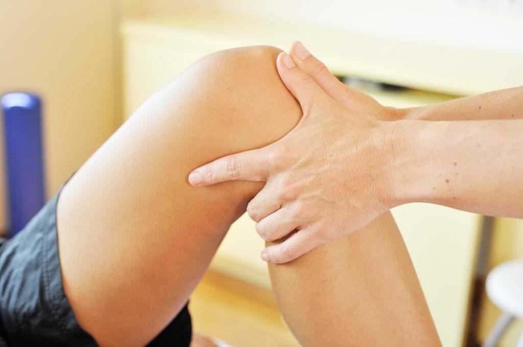 Vor allem manuelle Therapien haben sich bei der Behandlung von Morbus Osgood-Schlatter bewährt. (Bild: photophonie/fotolia.com)