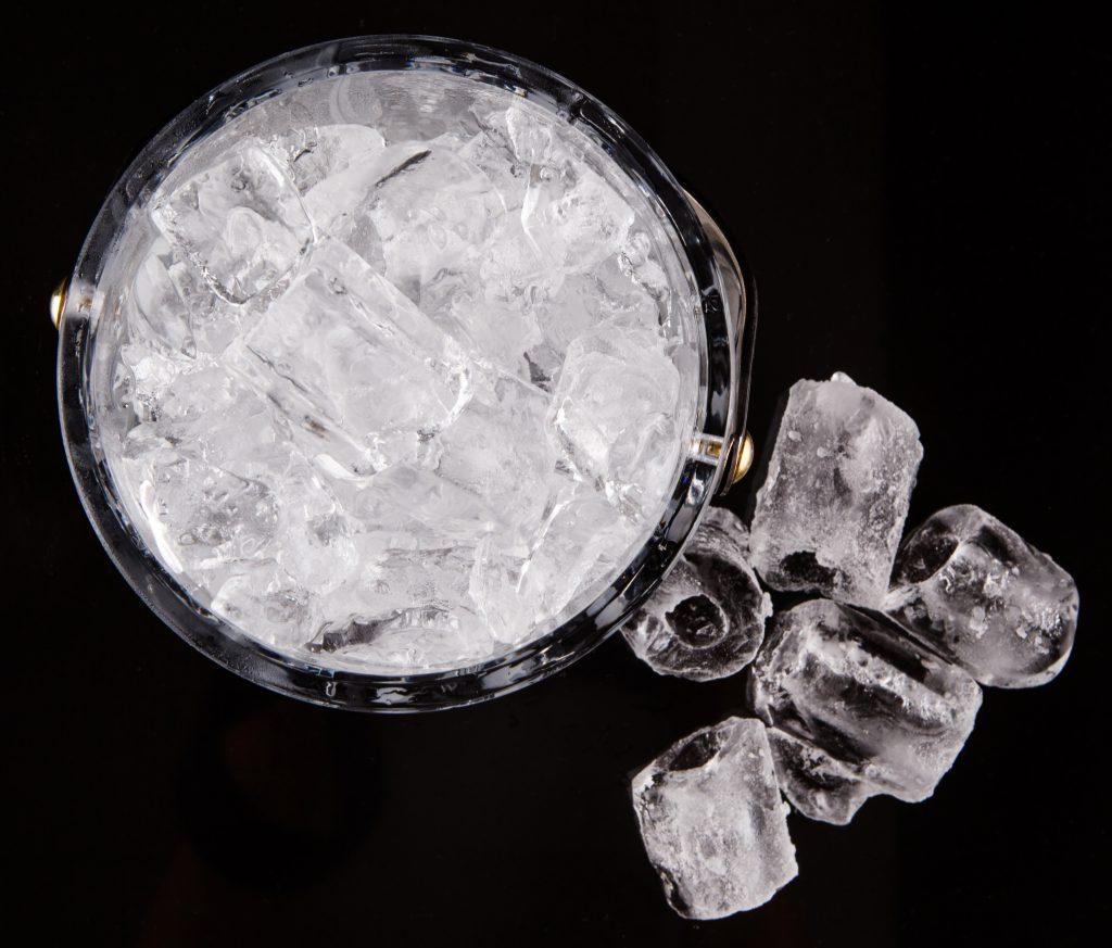 Das Bad in einer Schale mit Eiswasser kann gegen die Gelenkschmerzen eingesetzt werden, allerdings ist dies nicht für alle Patienten geeignet und dient lediglich zur Symptomlinderung. (Bild: akulamatiau/fotolia.com)