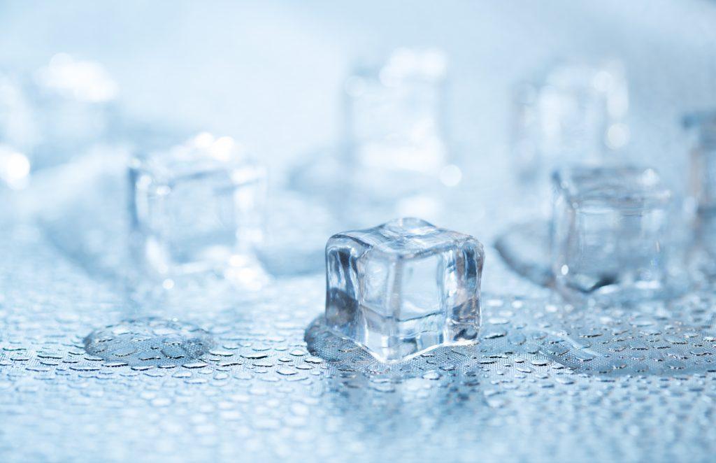 Ein kurzes Bad der betroffenen Gelenke in eisgekühltem Wasser lindert die Glenkschmerzen während der akuten Krankheitsschübe. (Bild: ironstealth/fotolia.com)