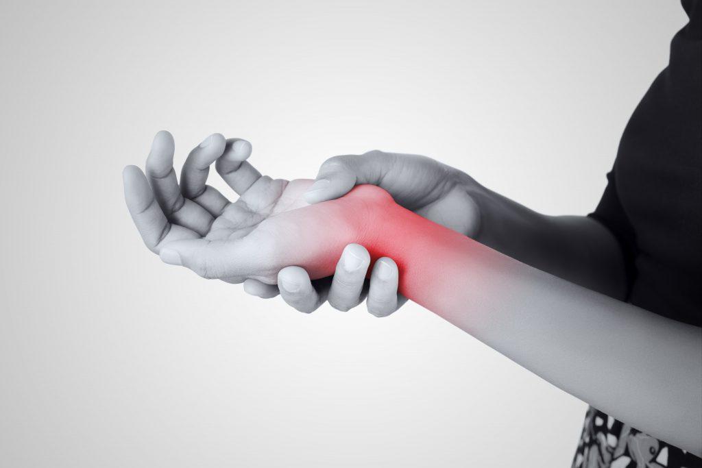 Handgelenkschmerzen, die bis in den Unterarm ausstrahlen können, sind eine typische Folge der Preiser-Krankheit. (Bild: Adiano/fotolia.com)