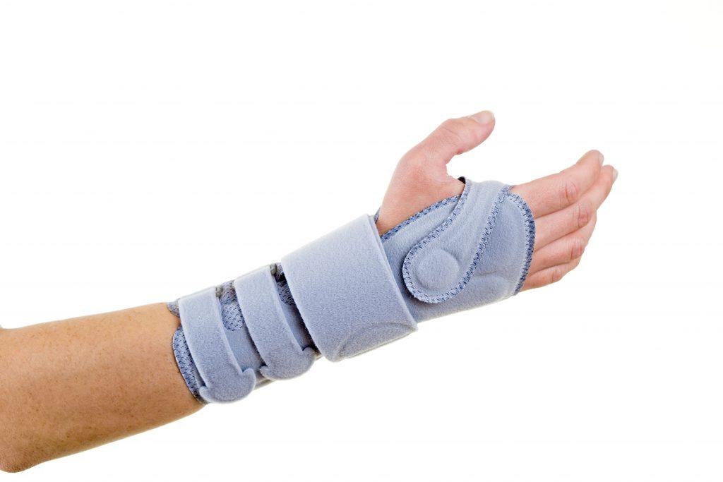 Durch die Ruhigstellung des Handgelenks mit einer Schiene lässt sich in vielen Fällen ein Abklingen der Beschwerden erreichen. (Bild: belahoche/fotolia.com)