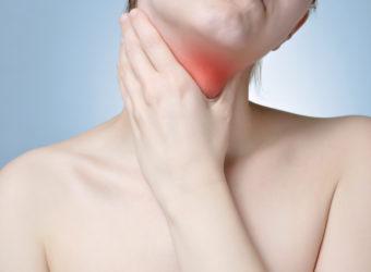 Typische Anzeichen einer Rachenentzündung sind Schmerzen beim Schlucken, ein unangenehmes Kratzen im Hals sowie erkennbare Rötungen und Schwellungen im Rachenraum. (Bild: Von Schonertagen/fotolia.com)