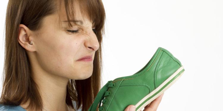 Junge Frau riecht an Schuh
