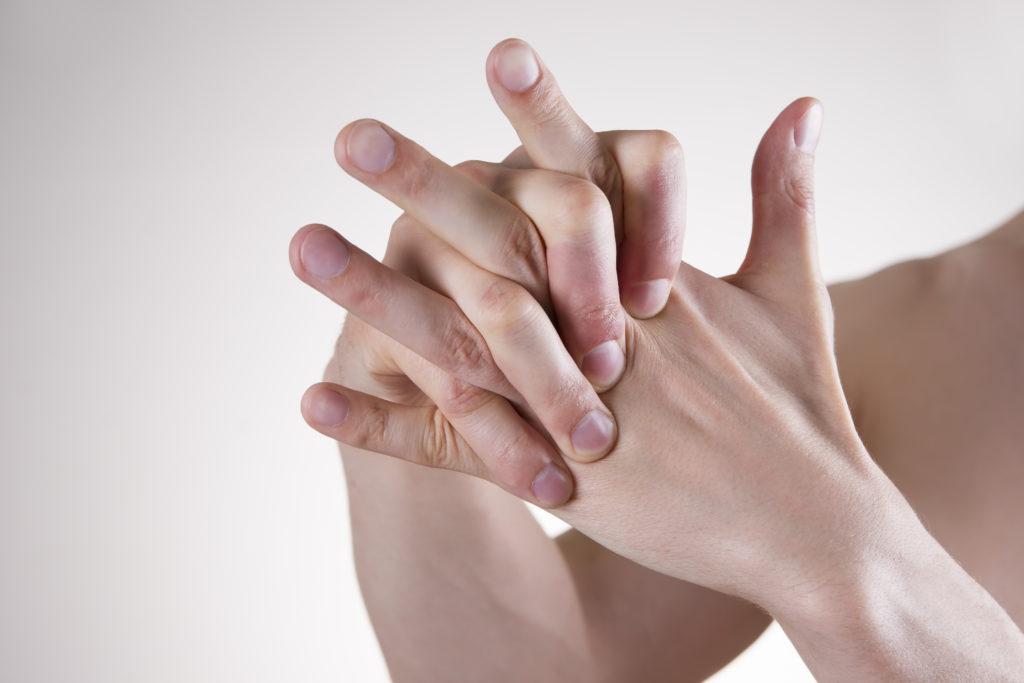 Bei schweren Formen der Tendovaginitis stenosans ist das Strecken der Finger oftmals blockiert und nur durch zusätzichen Druck zu erreichen. (Bild: staras/fotolia.com)