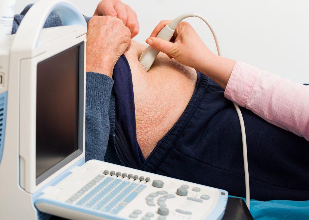 Eine Ultraschalluntersuchung kann Aufschluss über das Ausmaß eines Leistenbruchs geben. (Bild: Barabas Attila/fotolia.com)