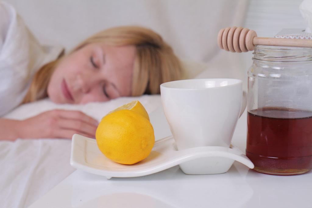 Heiße Milch mit Honig, Zitronensaft oder ein selbst zubereiteter Zwiebelsirup können wohltuende Linderung bei Husten bringen. (Bild: glisic_albina/fotolia.com)