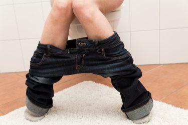 Nahaufnahme Frau sitzt auf der Toilette