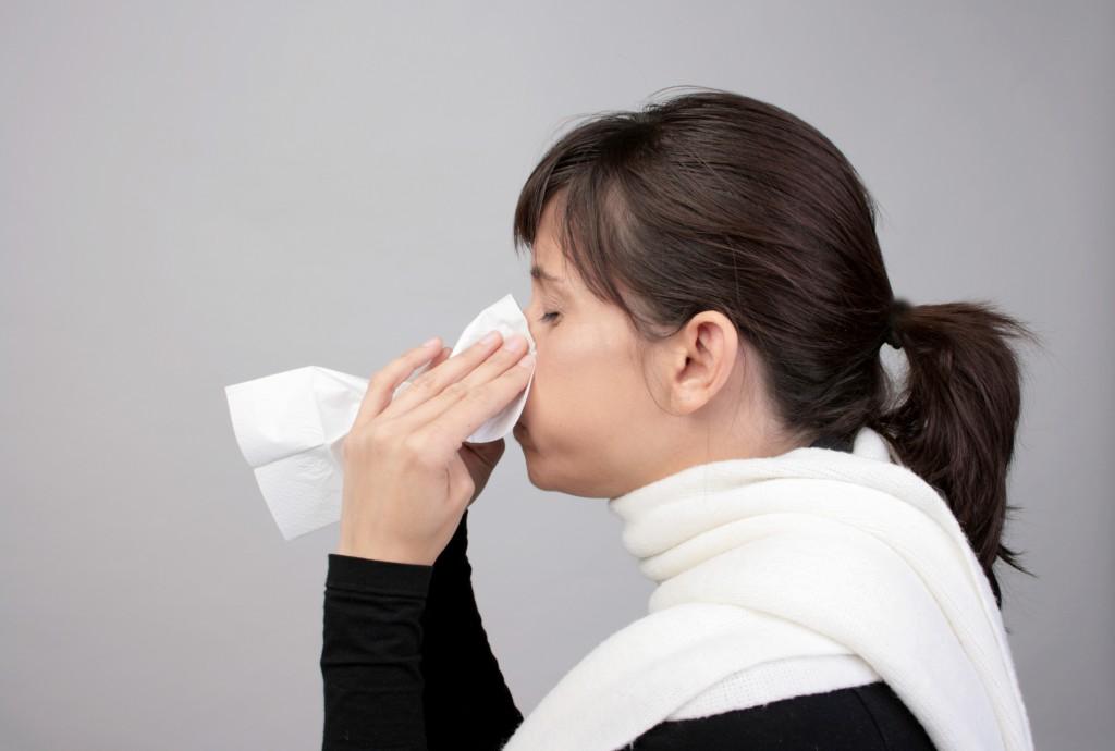 frau erkltung schnupfen nase allergie taschentuch