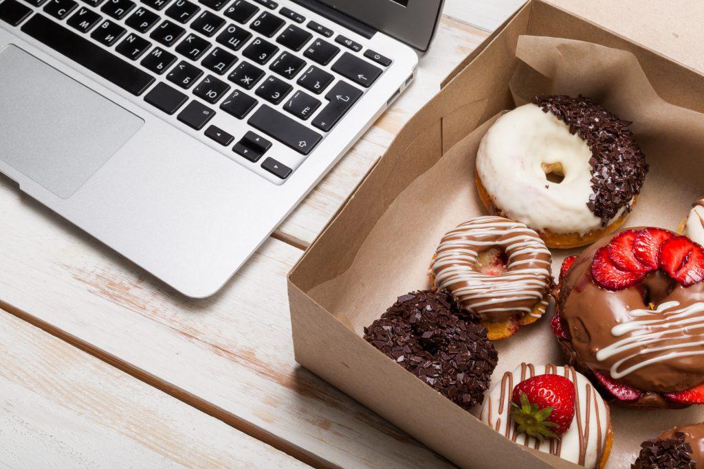 Wird es bei der Arbeit stressig, greifen viele Menschen zu Schokolade, Kuchen und Co. (Bild: fotofabrika/fotolia.com)