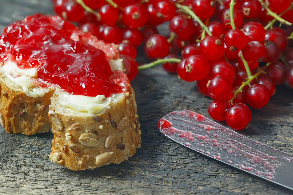 Bei einigen Menschen führen bestimmte Kombinationen von Nahrungsmitteln wie z.B. Brot und Marmelade zu einem aufgeblähten Bauch. (Bild: stu12/fotolia.com)
