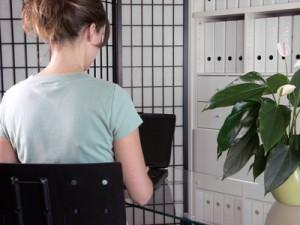 Bueroarbeit, Frau mit Laptop