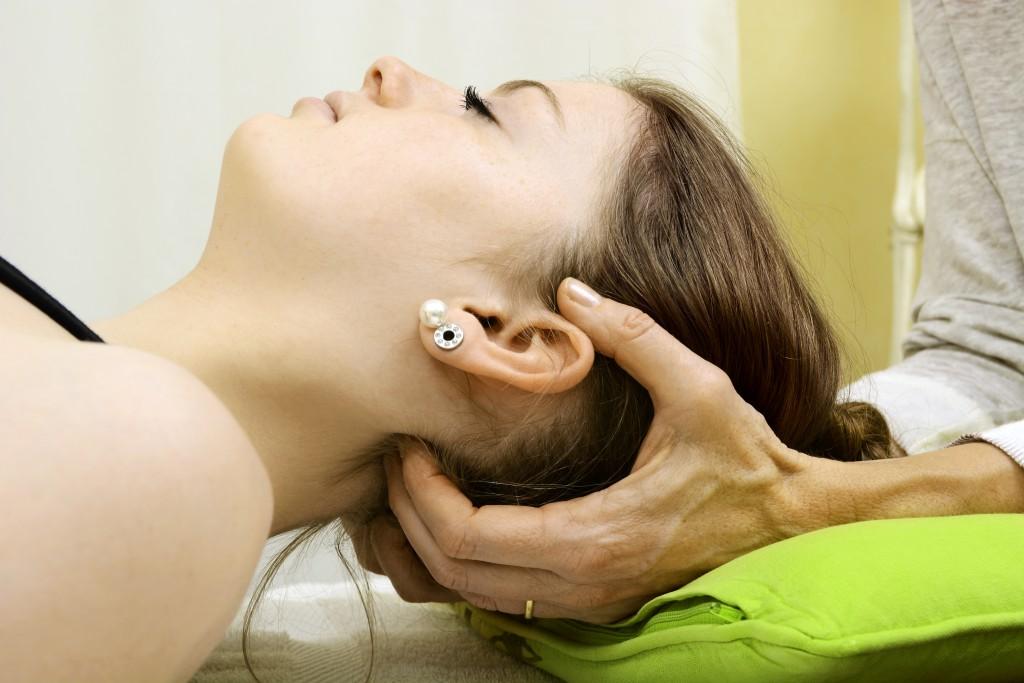 Osteopathie-Behandlung des Nackens. Stechen ist meist ein Zeichen von Nervenschmerzen.