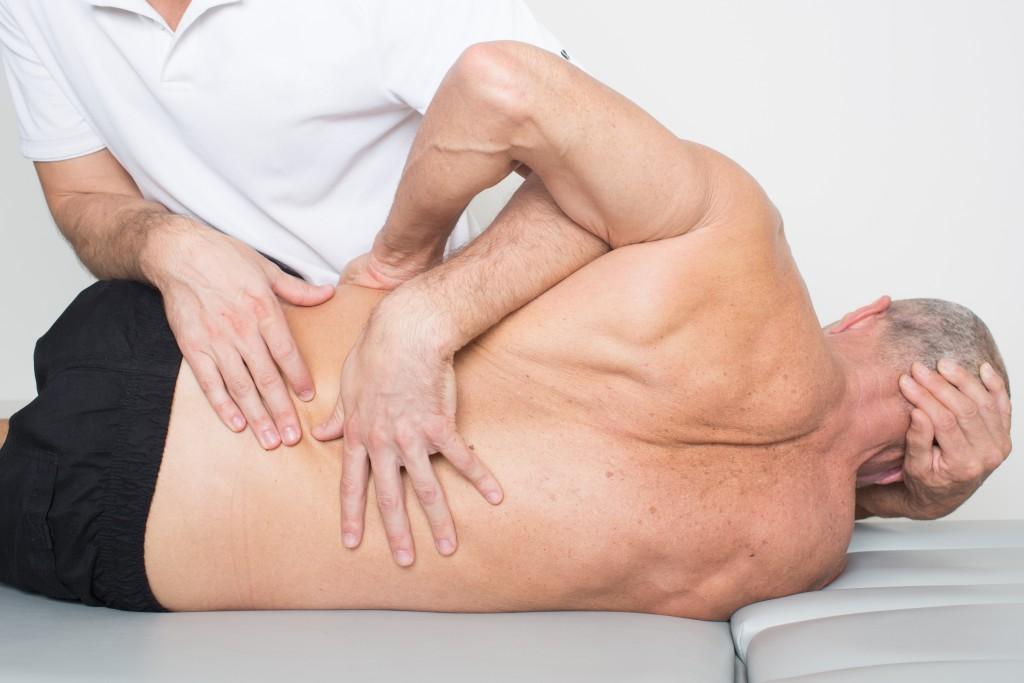 Behandlung von Ischiasbeschwerden in der Osteopathie. (Bild: Adam Gregor/fotolia)