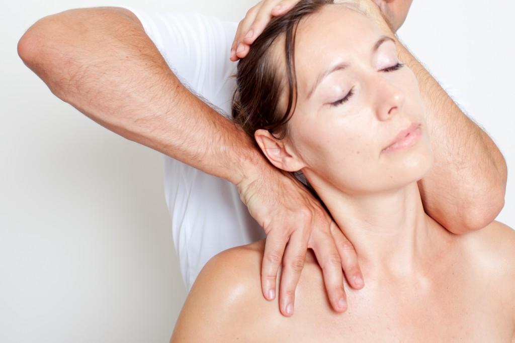 Bei Nackenschmerzen helfen osteopathische Behandlungen.