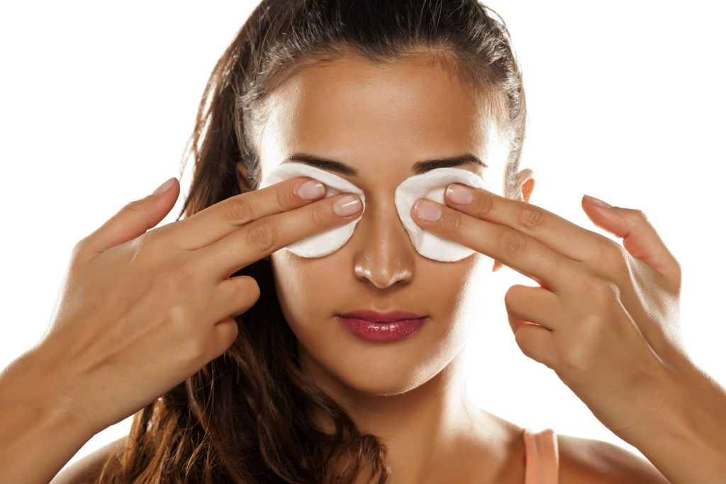 rotes auge kontaktlinsen