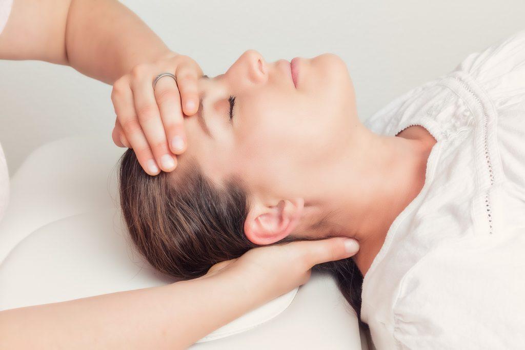 Aus Sicht der Osteopathie entsteht ein Kloß im Hals oft durch Blockaden der Halswirbelsäule. Ziel der Behandlung ist es daher, diese aufzuspüren und zu beseitigen. (Bild: bmf-foto.de/fotolia.com)