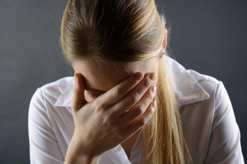 Ein ungelöster seelischer Konflikt kann sich auf körperlicher Ebene durch ein Stechen in der Brust zeigen. (Bild: Dan Race/fotolia.com)