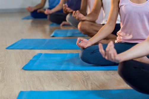 Entspannungstechniken wie Yoga sind ein sehr guter Ansatz, um gegen stressbedingtes Bruststechen anzugehen. (Bild: WavebreakmediaMicro/fotolia.com)
