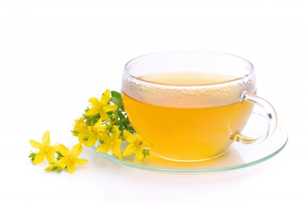 Tee aus Johanniskraut mit Johanniskrautblüten