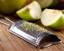 Geriebene Äpfel zählen zu den wirkungsvollsten Hausmitteln bei Durchfall. Sie enthalten spezielle Ballaststoffe (Pektine), die im Darm aufquellen und dort überschüssiges Wasser binden. (Bild: al62/fotolia.com)