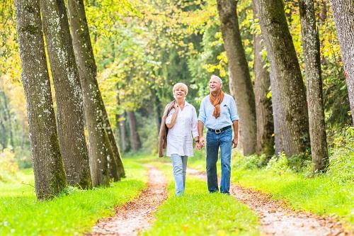 Ein älteres Paar beim Spaziergang im Wald