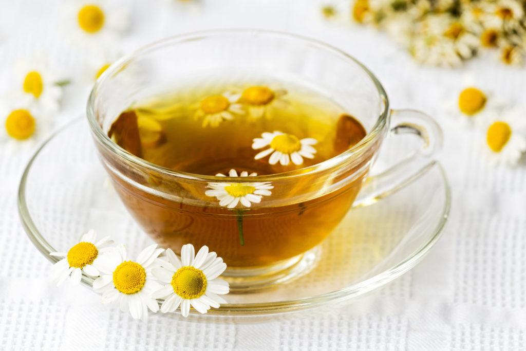 Kamille zählt zu den besten Hausmitteln bei Sodbrennen. Die Heilpflanze beruhigt und entspannt den Magen und wirkt entzündungshemmend. (Bild: aidart/fotolia.com)