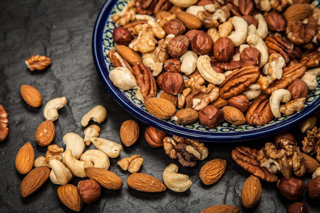 Ansammlung verschiedenster Nüsse