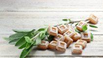 Ein wirkungsvolles Hausmittel bei Heiserkeit sind Salbeibonbons. Das Lutschen der Pastillen regt die Speichelproduktion an, wodurch die trockenen Schleimhäute befeuchtet werden. (Bild: Björn Wylezich/fotolia.com)