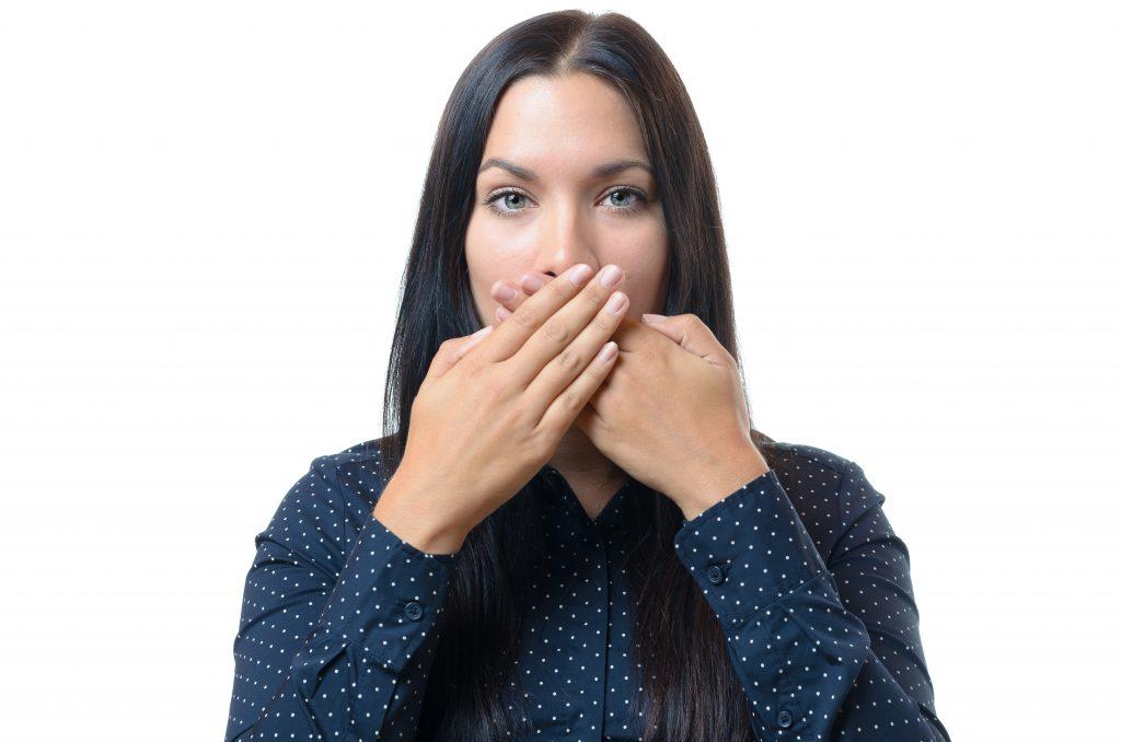 Bei Heiserkeit sollten Sie so wenig wie möglich sprechen, um die Stimme zu schonen. (Bild: michaelheim/fotolia.com)