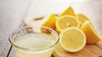 Zitronensaft gilt als bewährtes Hausmittel bei unschönen Hautwucherungen. (Bild: Joshua Resnick/fotolia.com)