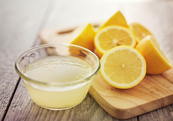 Zitronensaft und Zitronenhälften