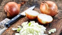 Die Zwiebel ist ein bewährtes Hausmittel bei Ohrenschmerzen. Sie wirkt durch die enthaltenen Senföle antibakteriell und hilft dadurch beim Kampf gegen die Entzündung. (Bild: Mara Zemgaliete/fotolia.com)