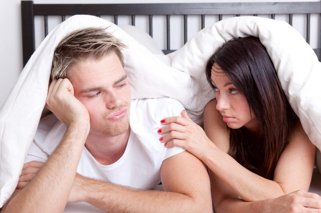 Paar im Bett - frustrierter Mann