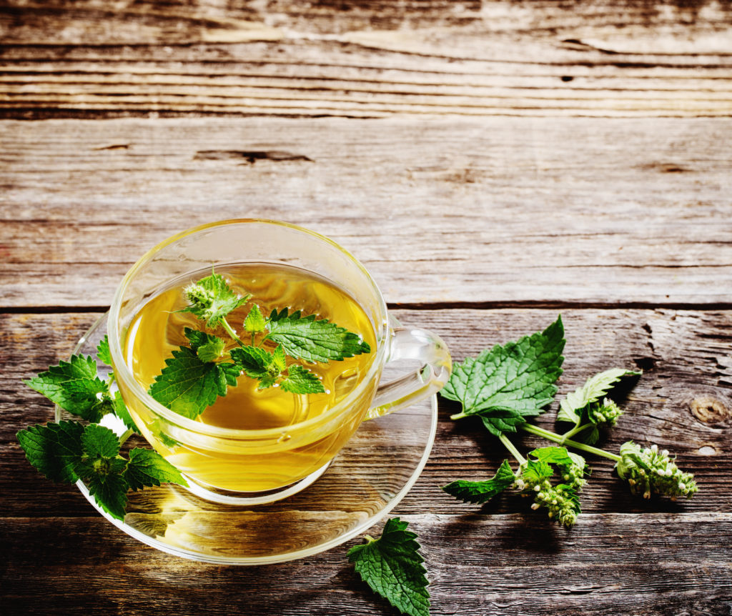 Ein Melissen-Tee kann helfen, lästige Ohrgeräusche loszuwerden. (Bild: Maya Kruchancova/fotolia.com)