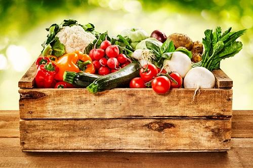 Eine Holzkiste mit Gemüse