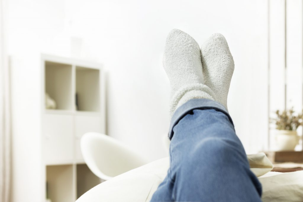 Sind die Beine nach langem Stehen oder Sitzen am Abend angeschwollen, hilft oft schon Hochlagern. (Bild: tournee/fotolia.com)