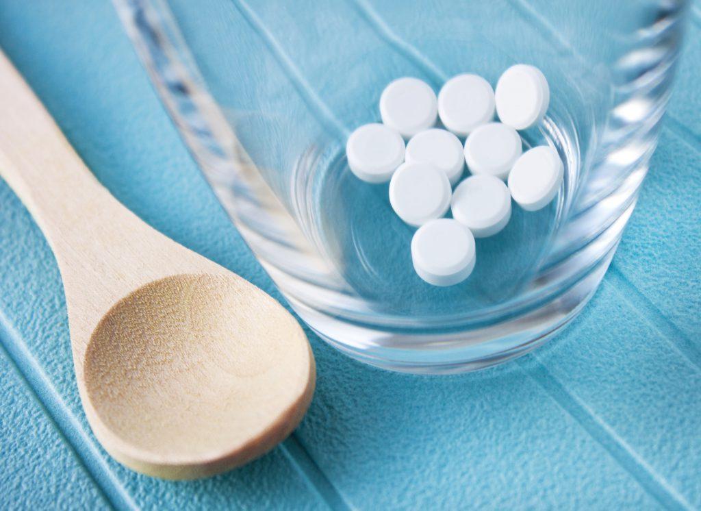 Schüssler Salz Tabletten und Glas