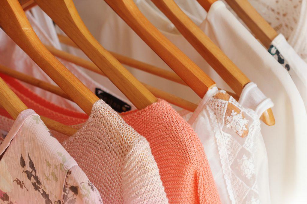 Kleidung mit hautreizenden Stoffen oder rauher Struktur kann bei direktem Hautkontakt schnell zu Brustwarzenschmerzen führen. (Bild: vaivirga/fotolia.com)
