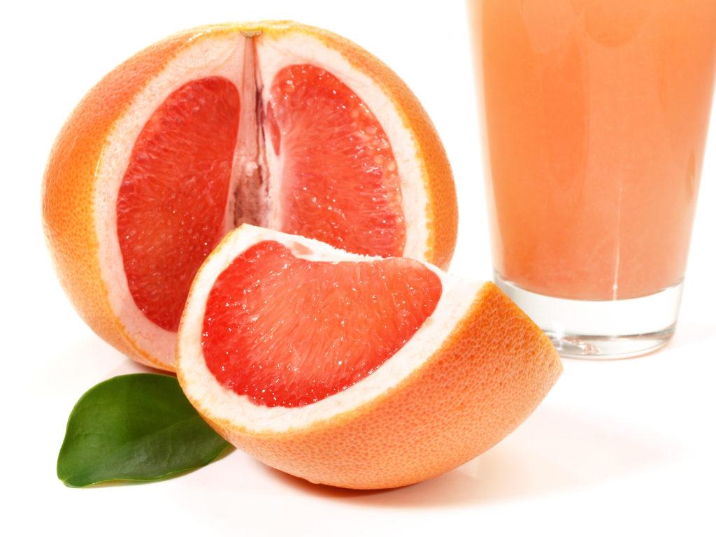 Grapefruitsaft ist ein basisches Getränk, das der Übersäuerung des Körpers entgegenwirken kann. (Bild: ExQuisine/fotolia.com)