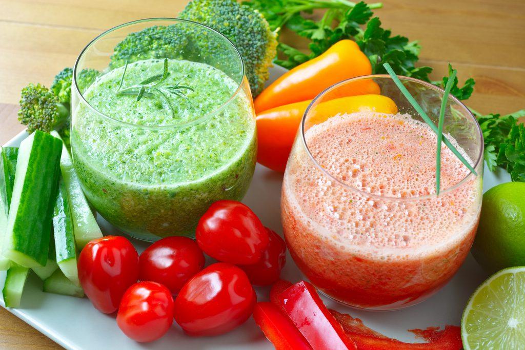 Basische Nahrungsmittel wie Salate, Obst und grüne Smoothies unterstützen den Wiederaufbau einer gesunden Darmflora. (Bild: rainbow33/fotolia.com)