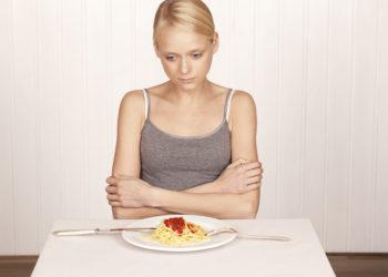 Die Ursachen für anhaltende Appetitlosigkeit können äußerst unterschiedlich sein. Die Folge ist meist ein deutlicher Gewichtsverlust. (Bild: tunedin/fotolia.com)