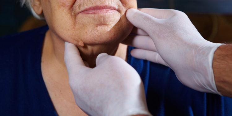 Therapeut bei der Gesichtsdiagnose.