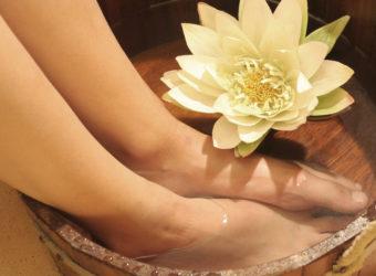 Ein Fußbad mit ätherischen Ölen kann bei einer Pilzinfektion sehr wirkungsvoll sein. (Bild: Wieselpixx/fotolia.com)