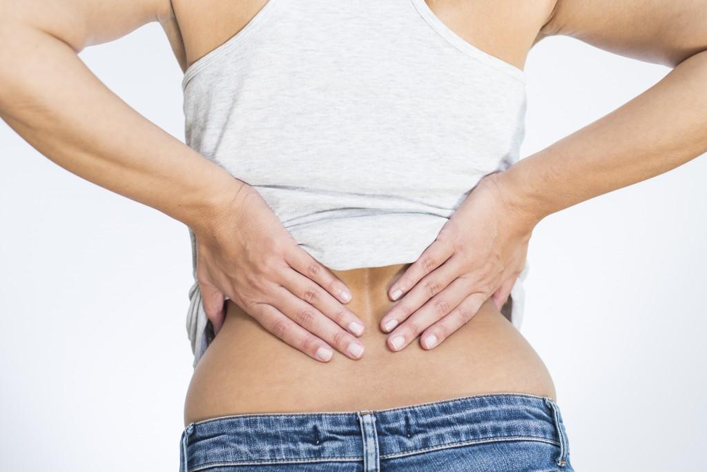 Schmerzen an der Lendenwirbelsäule sind ein relativ weit verbreitetes Beschwerdebild. (Bild: Lars Zahner/fotolia.com)